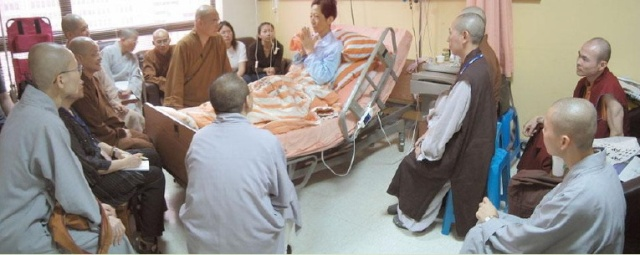 Huimin Bhikshu gives a bedside teaching demonstration for Clinical Buddhist Chaplains