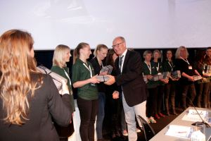 Volunteers at the congress in their distinctive green shirts are personally thanked by Per Sjøgren