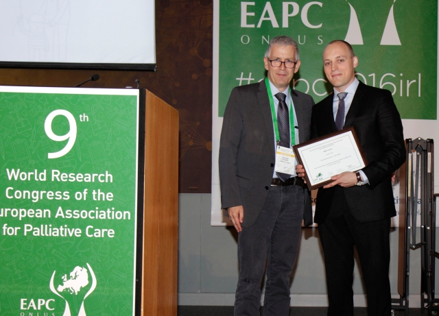 Dr Martin Loucka (right) receives the 2016 EAPC Early Researcher Award from Prof Dr Christoph Ostgathe (EAPC board member)
