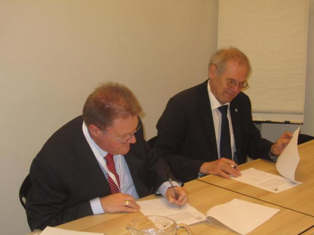 Prof. Günther Deuschl, President of the EAN (right) and Prof. Philip Larkin, President of the EAPC, sign the Memorandum of Understanding between their respective associations.