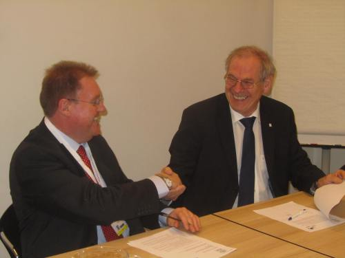 Prof. Günther Deuschl, President of the EAN (right) and Prof. Philip Larkin, President of the EAPC, prepare to sign the Memorandum of Understanding between their respective associations